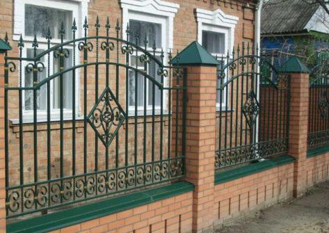 кирпичный забор с ковкой в Волгограде